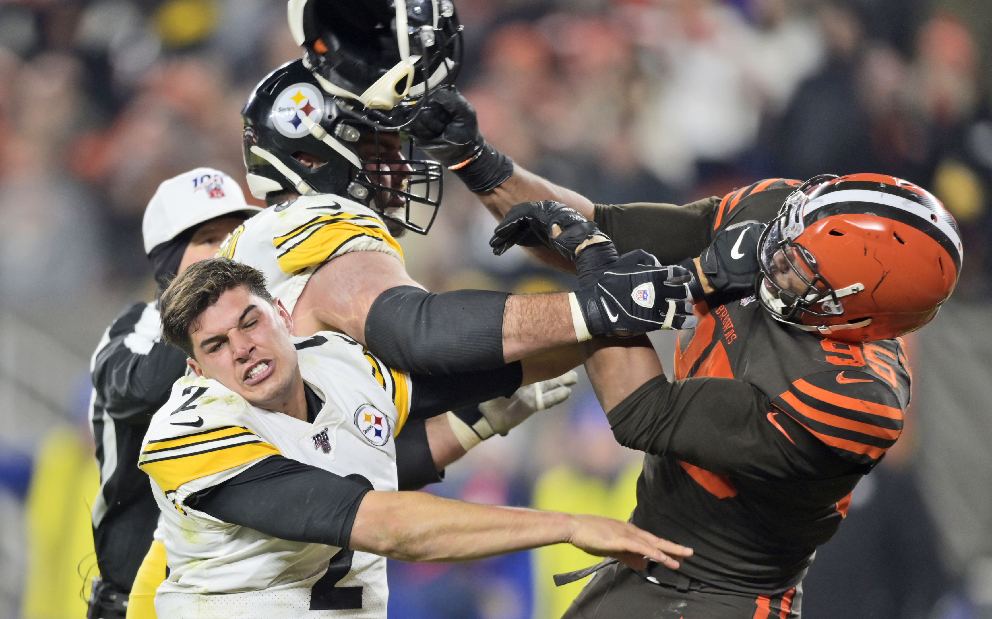 VIDEO: Browns QB Baker Mayfield reacts to Myles Garrett's ejection after Browns DE swings helmet at Steelers QB Mason Rudolph's head